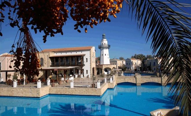 Бассейн на этом курорте считается самым большим бассейном на Кипре