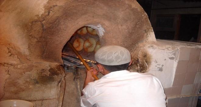 В древности люди обкладывали очаг с огнём камнями, чтобы сохранить тепло