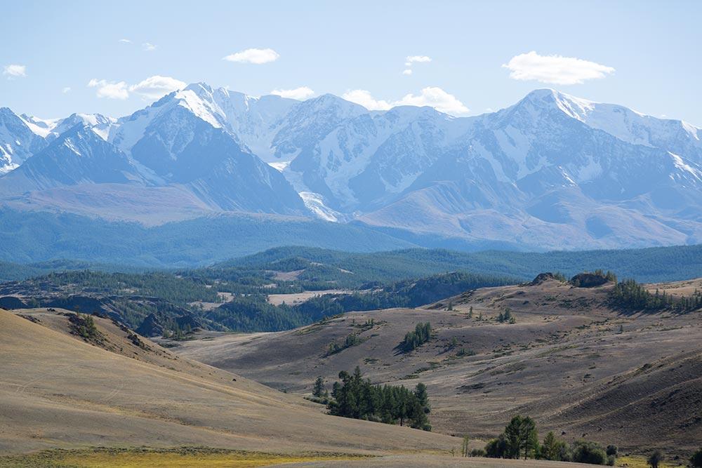 Алтай. заснеженные вершины гор Чуйского тракта
