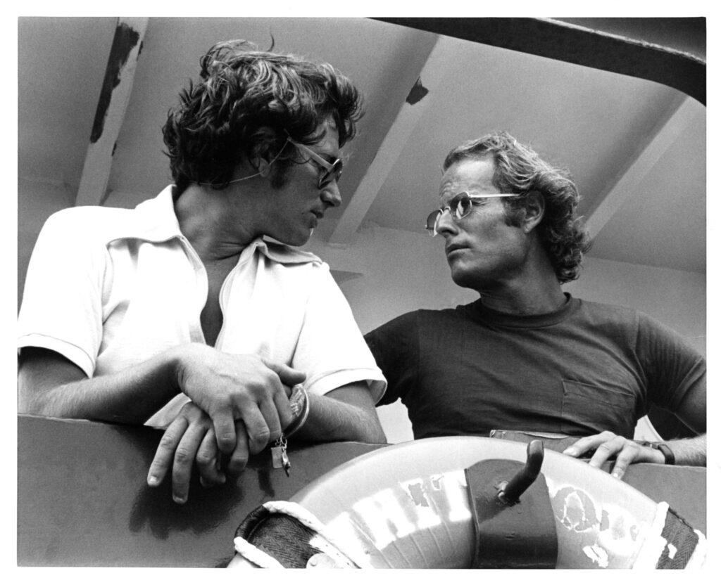 Режиссер Стивен Спилберг и продюсер Ричард Занук посовещались о наборе челюстей в Мартас-Виньярд, штат Массачусетс.