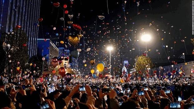 Ухань прощается с 2020 годом с помощью отсчета времени в канун Нового года, в котором принимают участие тысячи людей