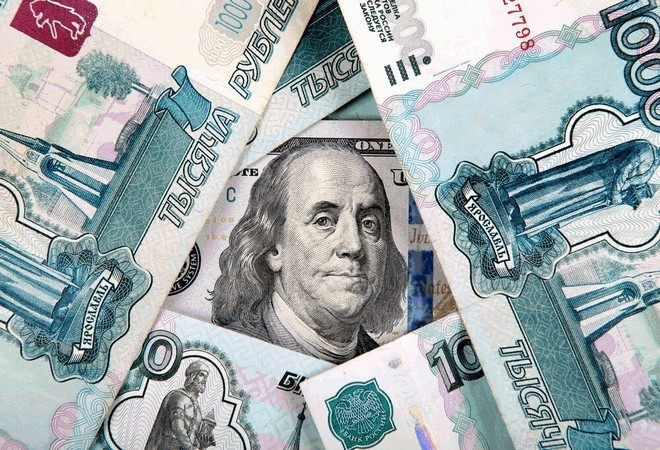 Курс рубля переходит в наступление против доллара