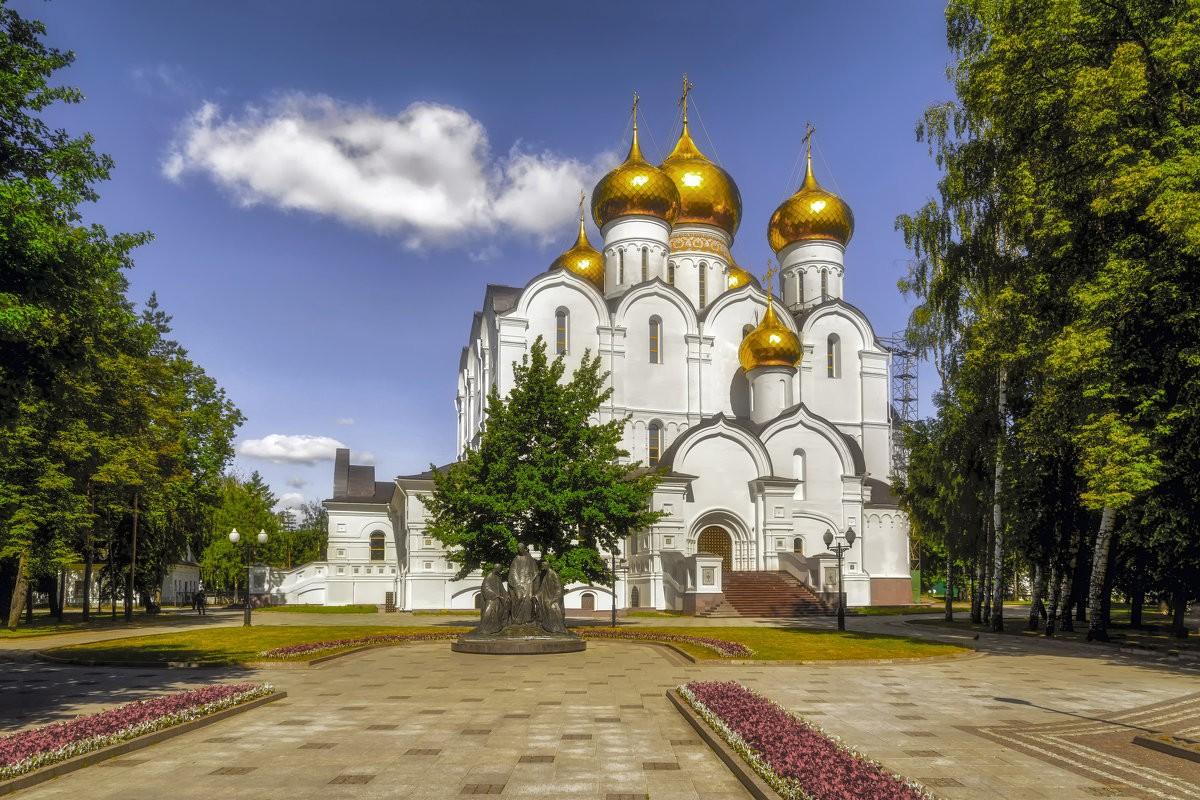 Ярославль — величественный город, раскинувшийся на высоком берегу Волги, богатый архитектурными и культурными памятниками русской истории
