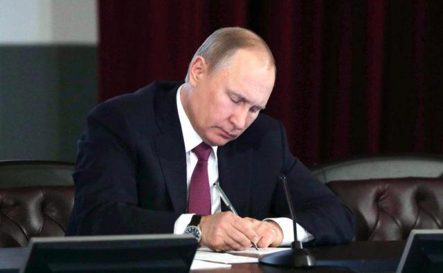 Путин подписал закон о защите минимального дохода должника от списания